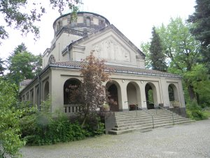 This building is at the entrance to the cemetary (Städtischer Friedhof Schöneberg)