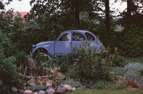 Doesn't our 2CV look great  surrounded by Ingrid's garden? I think you can see where the side-flap on the side window in the front opens up!