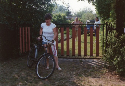 Cousin Ingrid holds onto her bike. The 2CV is already parked behind the gate, Erhard is to the left of the car, I can be seen on the right side.
