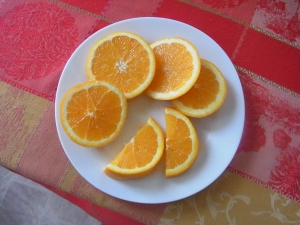 The oranges fresh from the tree taste delicious.
