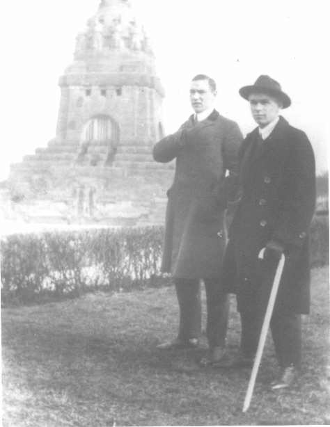 Alexander und Edmund am Voelkerschlachts Denkmal after 1925