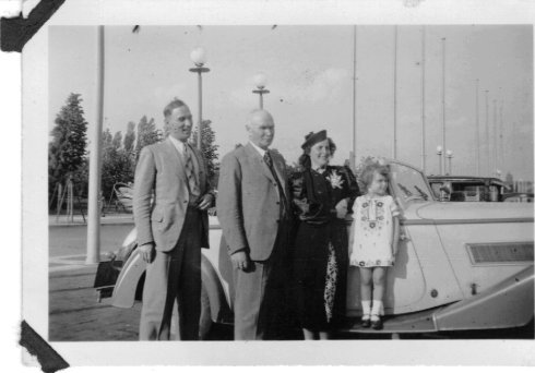 Dad, Granddad, Tante Ilse and little Uta, (I guess, Onkel Addi took the picture.)