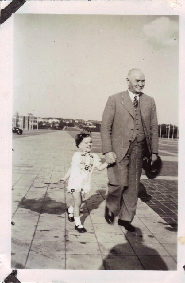 Ute mit Opa Spickerman am Reichssportfeld Juni 1938