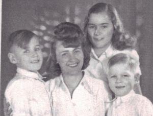 Charlotte mit ihren drei Kindern 1948