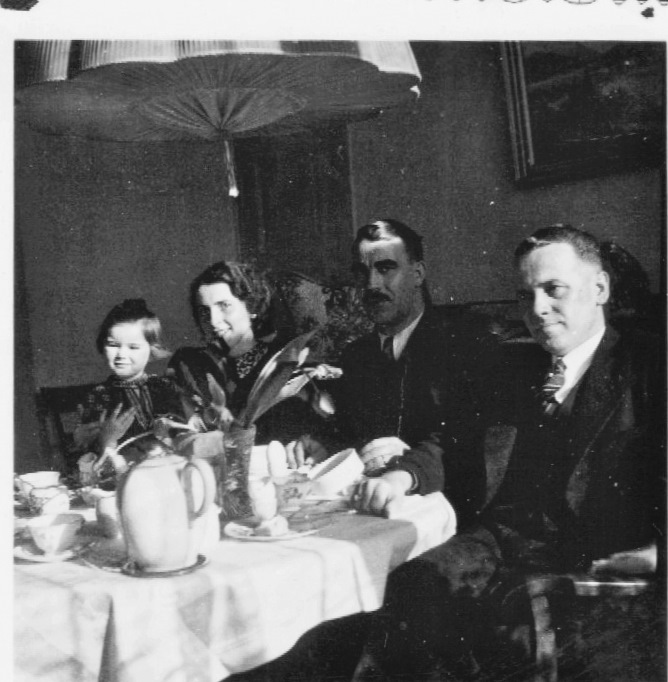 This is a picture from 1937 in Schlinkes' Wohnung in Bozener Strasse.